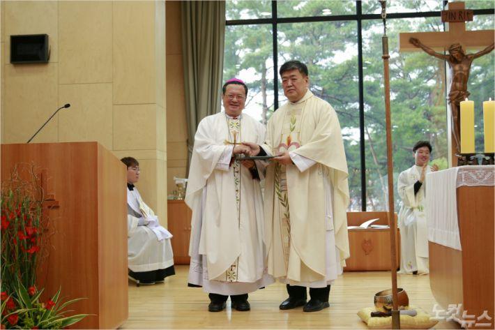 가톨릭관동대학교는 4일 대학 성당에서 제3대 총장 황창희 알베르토 신부(사진 오른쪽)의 취임식을 가졌다. (사진=가톨릭관동대 제공)