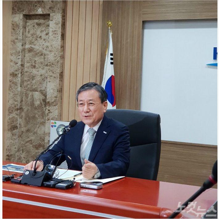4일 기자회견서 비리의혹을 부인하는 신성철 KAIST 총장