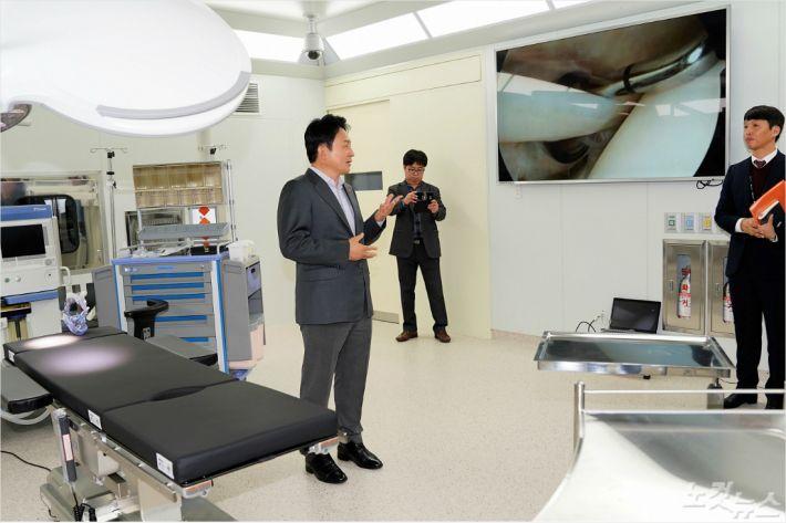 지난 3일 제주 녹지국제병원을 방문한 원희룡 지사. (자료사진)