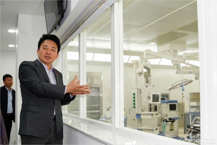 지난 3일 국내 첫 영리병원인 제주 녹지국제병원을 찾은 원희룡 제주지사. (자료사진)