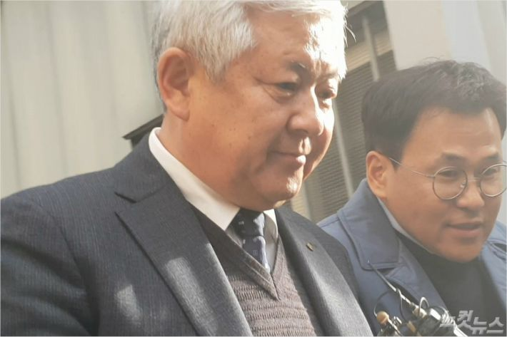 공직선거법 위반 혐의로 기소된 황인홍 전북 무주군수가 5일 법정을 빠져나와 취재진의 질문을 듣고 있다. (사진=김민성 기자)