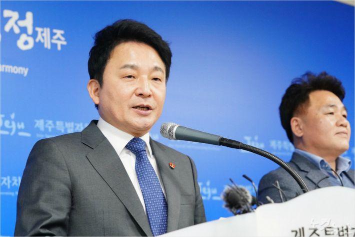 원희룡 제주지사가 5일 도청 기자실에서 제주 녹지국제병원의 조건부 개설 허가를 발표하고 있다.
