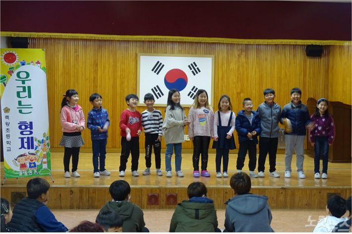 강원도 고성 죽왕초등학교 전교생들이 지난 3일 '에코 토론대회' 를 개최했다 .(사진=진유정 기자)