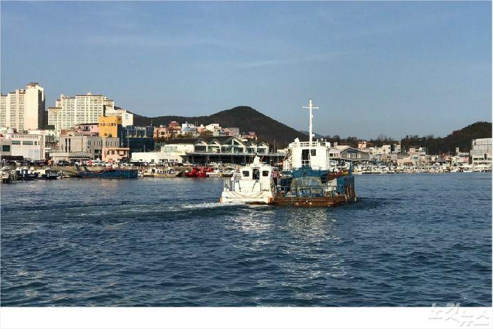 해경이 표류 중인 선박을 예인하고 있다(사진=여수해경)
