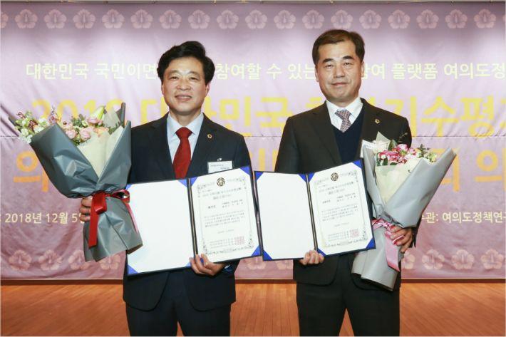 5일 경북도의회 이춘우(왼쪽), 오세혁 의원이 지방자치 의정대상을 수상했다.(사진=도의회 제공)