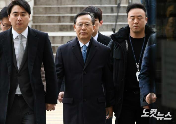 박병대·고영한 前대법관 법원 출석…'묵묵부답'