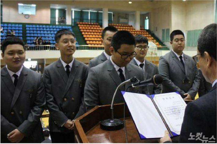 2018년 입학식에서 '강윤권 장학금'을 전달하는 모습.(서귀포고등학교 제공)