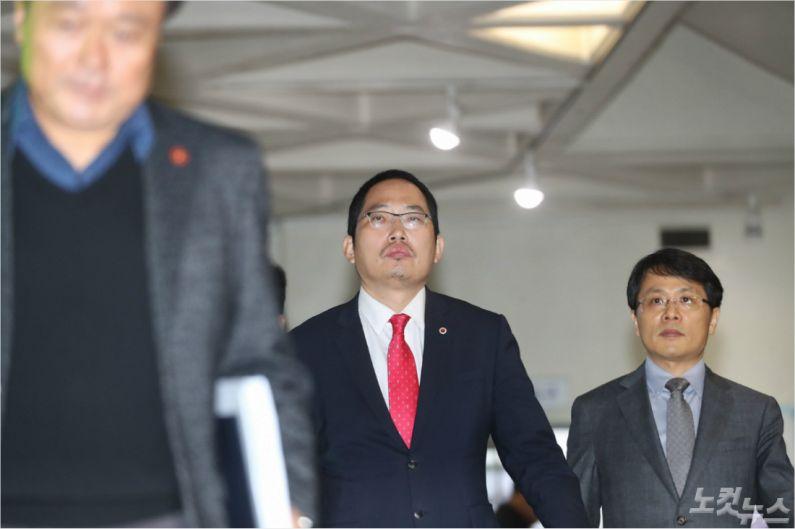최대집 대한의사협회장(가운데)이 6일 오전 제주도청을 항의방문하고 원희룡 제주지사를 만나 영리병원 반대입장을 전달했다. (이인 기자)