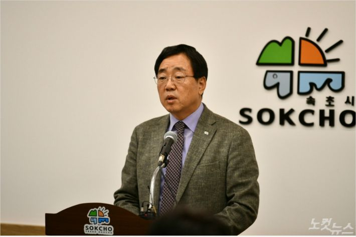 김철수 시장이 6일 속초시청 상황실에서 기자회견을 열고 주요 현안을 설명했다. (사진=속초시청 제공)