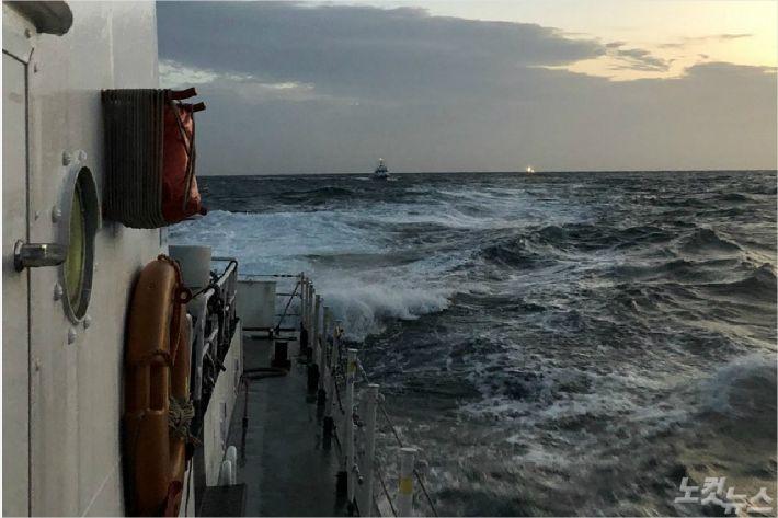 지난 4일 완도 해양경찰서 소속 경찰이 실종된 70대 선장을 찾기 위한 수색작업을 벌이고 있다(사진=완도 해양경찰서 제공)
