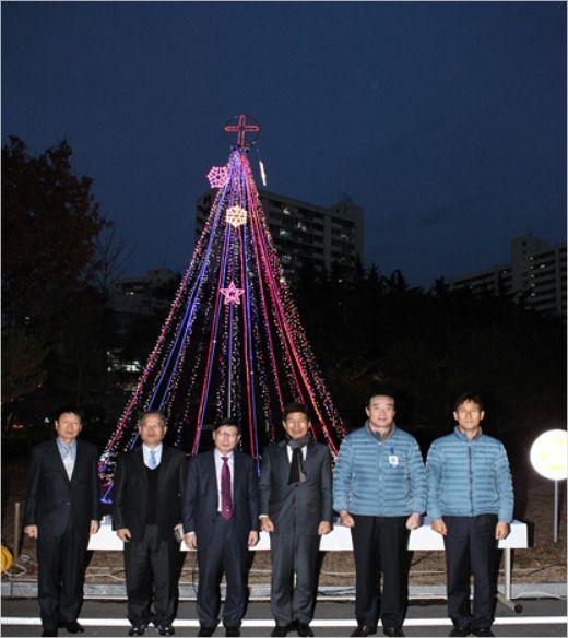 대구도시철도공사 건물 앞에 설치된 크리스마스 트리. (사진=대구도시철도공사 제공)