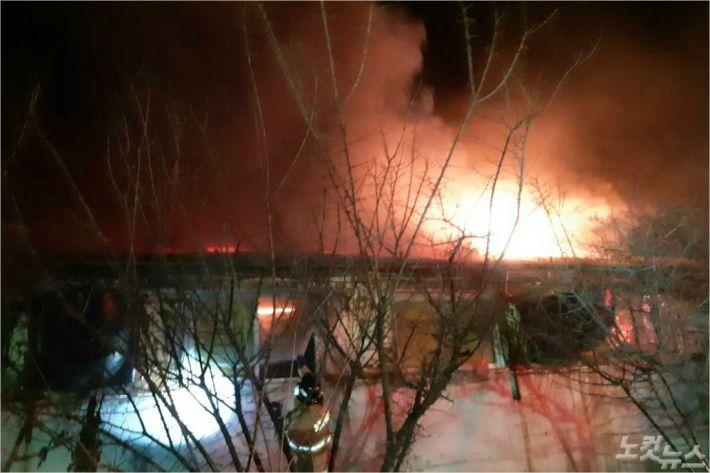 7일 오전 3시 13분쯤 강릉시 강동면 임곡리의 한 돈사에서 화재가 발생해 돼지 1760마리가 불에 탔다. (사진=강릉소방서 제공)