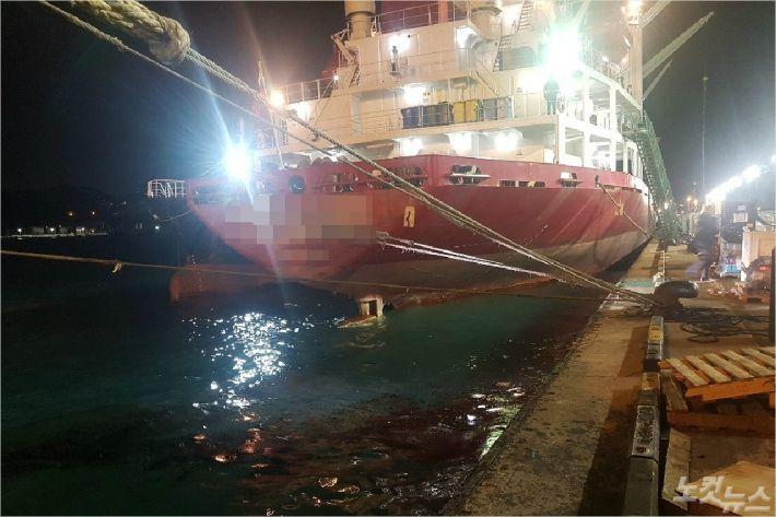 6일 오후 부산 감천항에서 급유 중이던 배에서 기름이 유출되는 사고가 나 방제작업이 이뤄졌다.<사진=부산 해경 제공>
