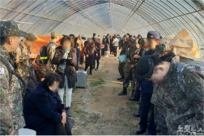 열차에서 내린 승객들이 옆 인근 비닐하우스에 대피해 있는 모습. (사진=전영래 기자)
