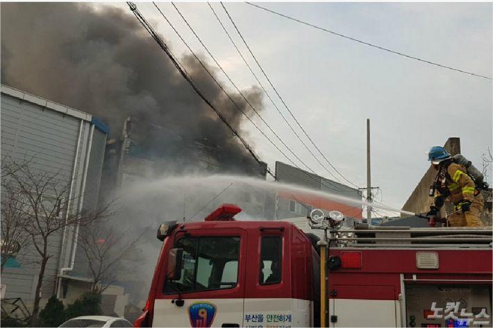 부산의 한 주방설비 제조 공장에서 불이 나 수억원대 재산피해가 났다. (사진=부산경찰청 제공)