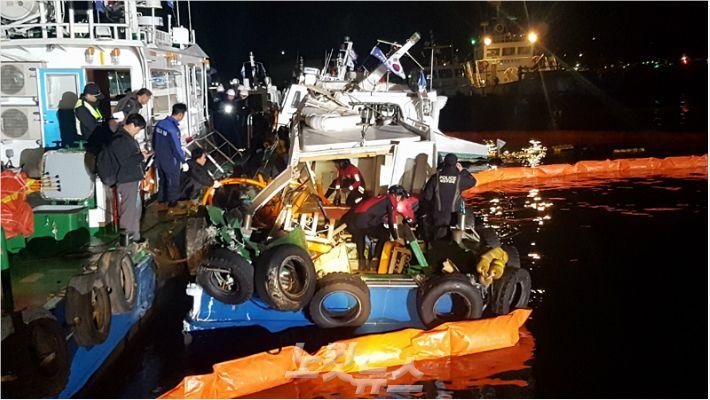 지난 7일 오후 9시 18분쯤 울산시 남구 장생포 부두에서 유조선이 계류 중이던 선박 3척과 충돌했다. 해경이 파손된 선박에서 배수작업을 하고 있다.(사진 = 울산해양경찰서 제공)