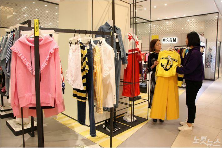 신세계 센텀시티 2층 여성의류 매장에서 고객이 봄 신상 의류를 둘러보고 있다 (사진 = 신세계센텀시티 제공)