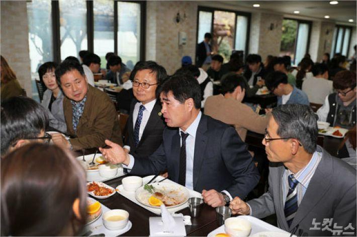 박종호 회장이 학생, 교직원 등과 함께 1천원의 식사를 하고 있다.(사진=부산대 총동문회 제공)