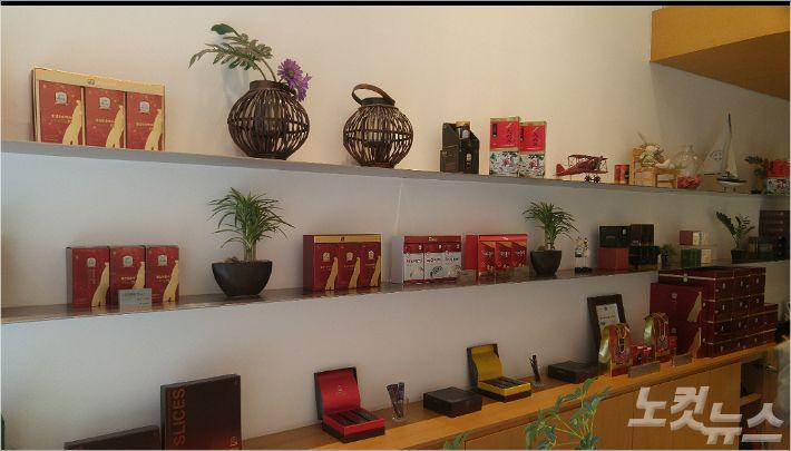 진삼가 직영매장에 전시된 9증9포 홍삼제품들 (사진 = 강동수 기자)