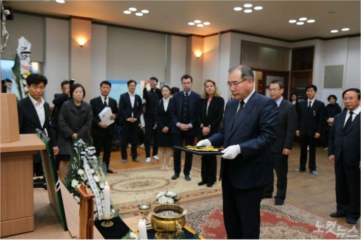15일 이개호 농림부장관이 '임실 치즈 대부' 지정환 신부에 국민훈장 수여했다. (사진=임실군)