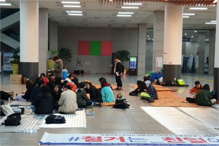 시민단체 회원들이 노동자상 기습 철거를 규탄하며 부산시청 로비에서 밤샘 농성을 벌였다. (사진=부산CBS)