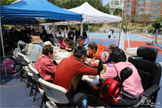 곡강교회와 대구둥지교회는 12일 오전 11시부터 한동글로벌학교 운동장에서 연합야외예배를 드렸다. (사진=포항CBS)
