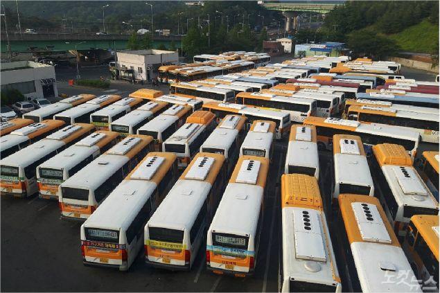 시내버스 노조가 파업한 15일 울주군 율리공영차고지에 시내버스가 주차돼 있다. (사진=반웅규 기자)