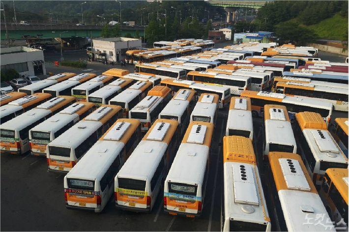 울산 시내버스 5개 노조가 파업을 벌인 15일 울주군 율리공영차고지에 시내버스가 주차돼 있다. (사진=반웅규 기자)