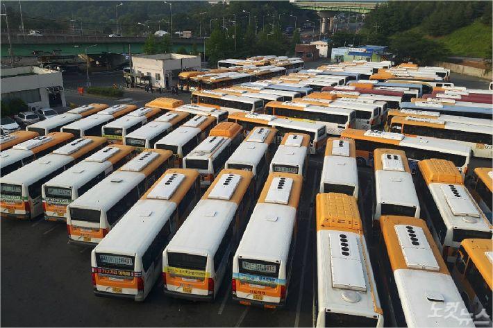 울산지역 5개 시내버스 노조가 파업을 벌인 15일 울주군 율리공영차고지에 시내버스가 주차돼 있다. (사진=반웅규 기자)