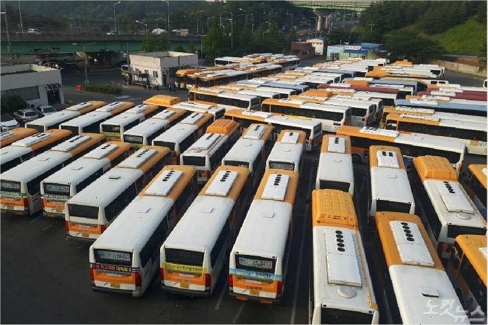 울산지역 5개 시내버스 노조가 파업을 진행한 15일 울주군 율리공영차고지에 시내버스가 주차돼 있다. (사진=반웅규 기자)