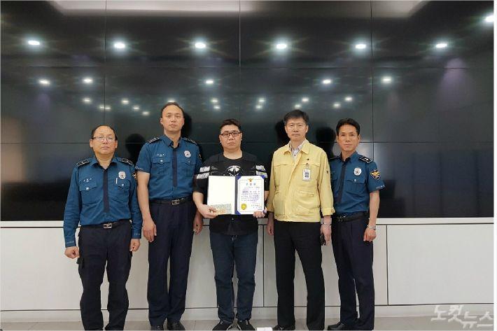 부산 영도경찰서는 음주운전자 검거에 도움을 준 영도구청 CCTV 관제요원 김호진(37)씨에게 표창을 전달했다. (사진=영도경찰서 제공)