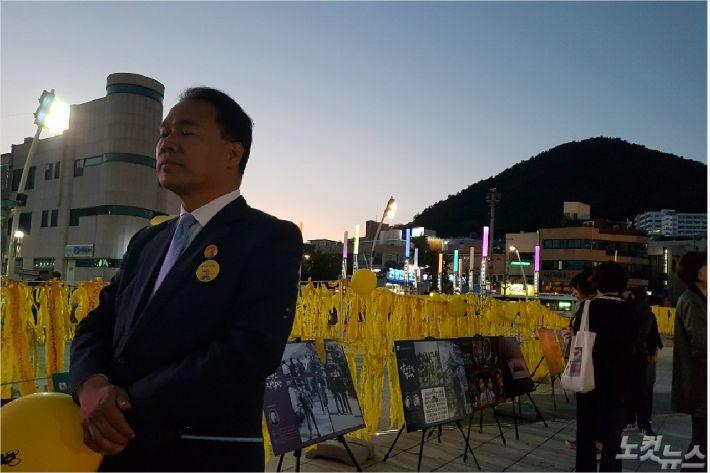 이용주 의원이 노 전 대통령 10주기 추모에 참석해 눈을 감고 있다(사진=독자제공)
