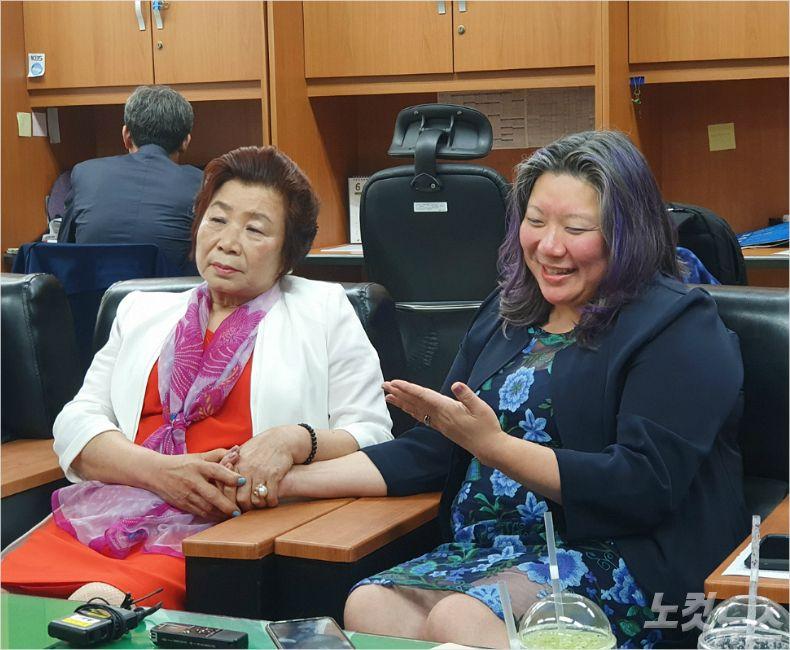 12일 전북지방경찰청에서 만난 서안식(69)씨와 조미선(46)씨가 안부를 묻고, 첫째딸이자 누나인 조화선(48)씨를 찾고 있다. (사진= 김민성 기자)