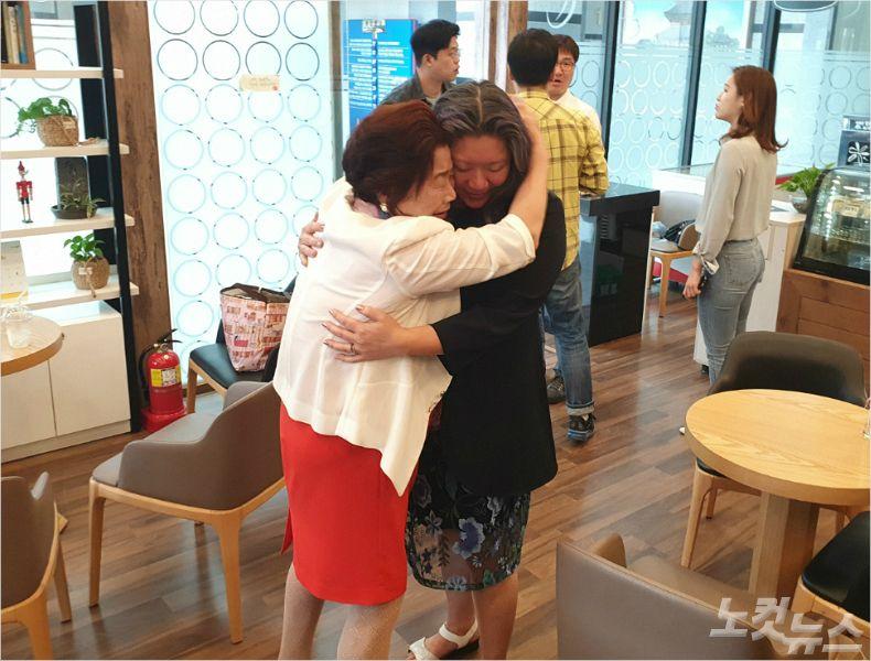 46년만에 만난 모녀의 모습으로 왼쪽 서안식(69)씨, 오른쪽 조미선(46)씨. (사진= 김민성 기자)