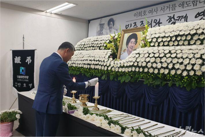 12일 민주당 전북도당에 마련된 분향소에서 송성환 도의장이 헌화 분향하고 있다(사진=전북도의회)