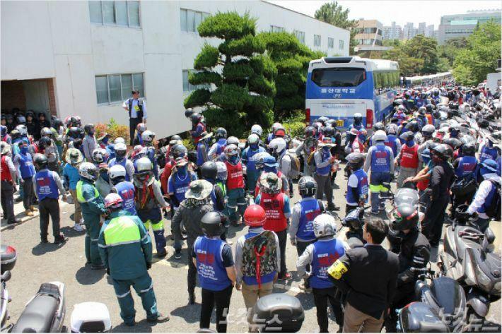 현대중공업 임시 주주총회가 열린 지난 5월 31일 조합원들이 울산대학교 체육관을 둘러싸고 항의하고 있다.(사진 = 이상록 기자)