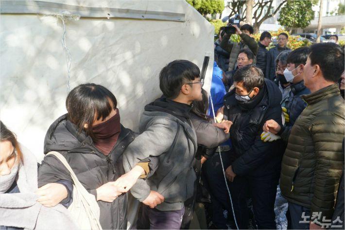 지난 1월 제주시가 도청 앞에 세워진 제2공항 반대 천막농성장 2곳을 철거하고 있다. (자료사진)