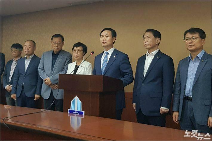 9일 전북대 김동원 총장이 기자회견을 열고 잦은 교수 비위사건에 대한 사과하고 개선책을 발표하고 있다. (사진=남승현 기자)