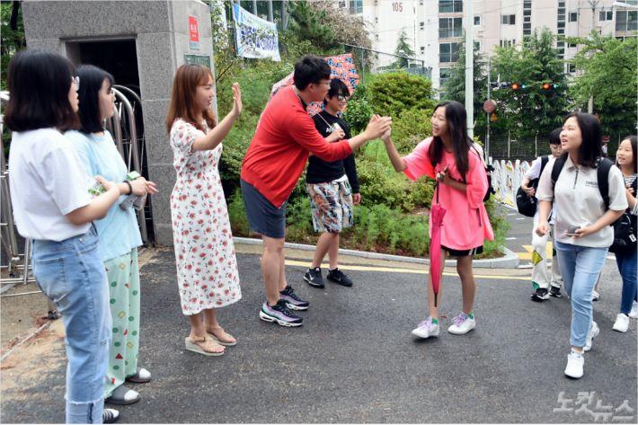 11일 동양중학교의 사복입는 날, 학생들의 등교 모습(사진=부산시교육청 제공)