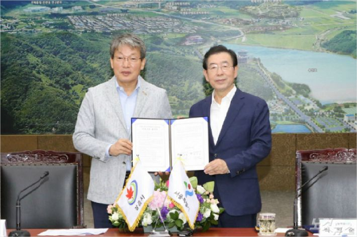 박원순 서울시장과 유진섭 정읍시장이 24일 정읍시청에서 상생협력사업 협약을 체결했다(사진=정읍시)