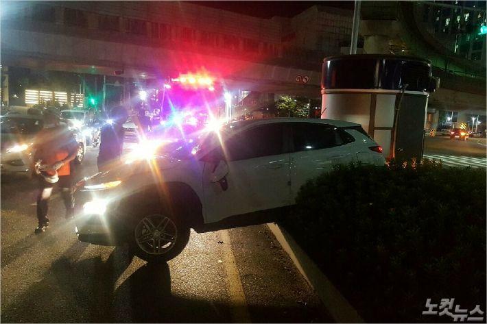 지난 24일 오후 10시 40분쯤  부산 부산진구 전포동 문전교차로에서 횡령터널 방향으로 우회전하던 A(23)씨의 SUV차량이 도로 중앙 경계석을 들이받아 4명이 부상을 입었다.<사진=부산경찰청 제공>
