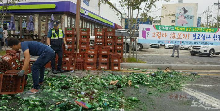 11일 오전 9시 45분쯤 전북 전주시 덕진구 전주역 주변을 주행하던 트럭 적재함에서 맥주 공병 수백 병이 떨어지면서 깨져 교통 혼잡이 발생했다. (사진=독자제공)