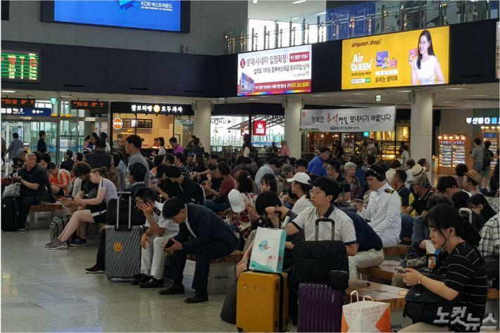 추석 연휴를 앞둔 11일 오후 부산역 대합실에서 시민들이 열차를 기다리고 있다. (사진=부산CBS 박진홍 기자)