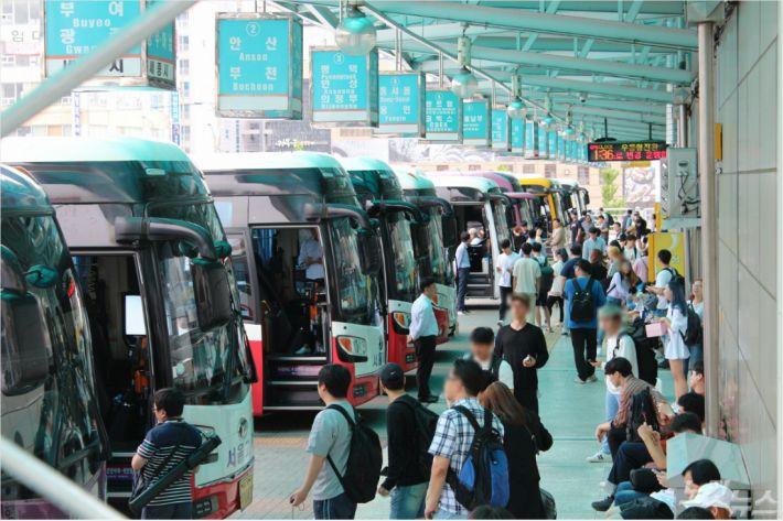 11일 오후 청주시 가경동 시외버스 터미널에 귀성객들이 몰려들고 있다. (사진=청주CBS 최범규 기자)