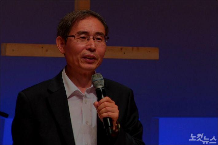 ▲ '2019 HOLY WEEK', 충남대국제교회 오정수 교수가 '복음'이라는 주제로 말씀을 전하고 있다.