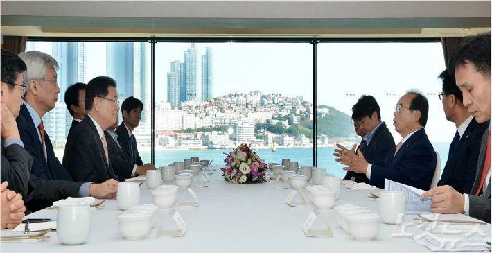 정의용 국가안보실장 (사진 왼쪽에서 세번째)을 비롯한 정부 관계자와 오거돈 부산시장(사진 오른쪽 세번째) 등 부산시 관계자가 간담회를 갖고 있다 (사진 = 부산시 제공)