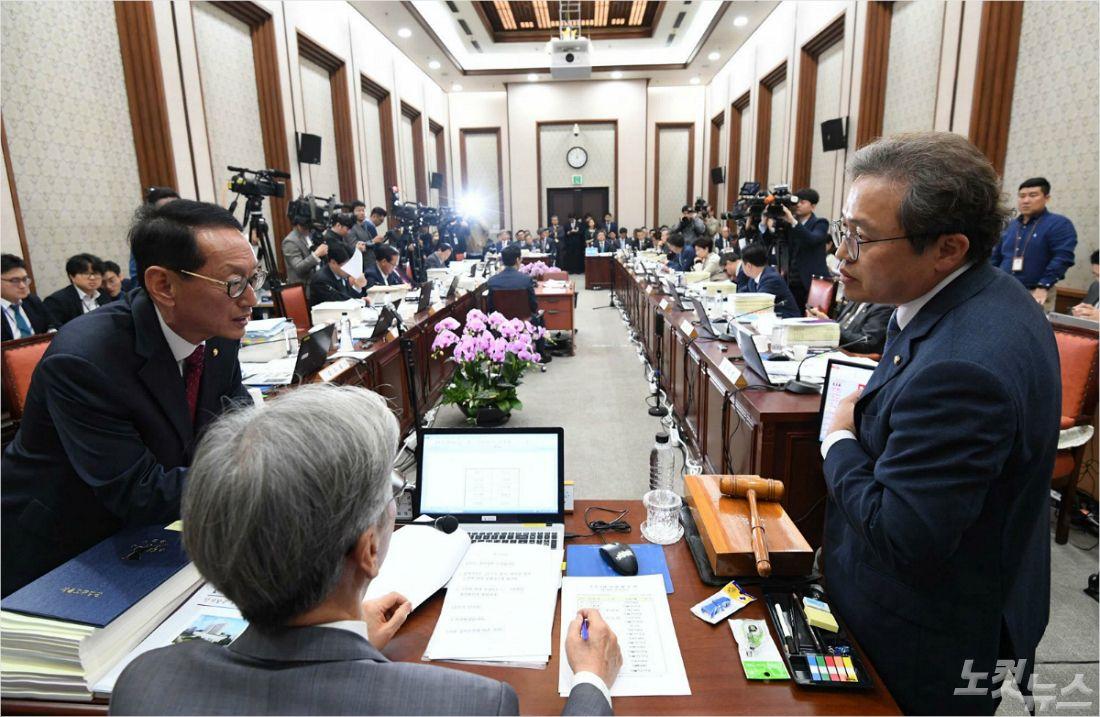 법사위, '영장기각' 공방 벌이다 조국 사퇴로 '술렁'(종합)