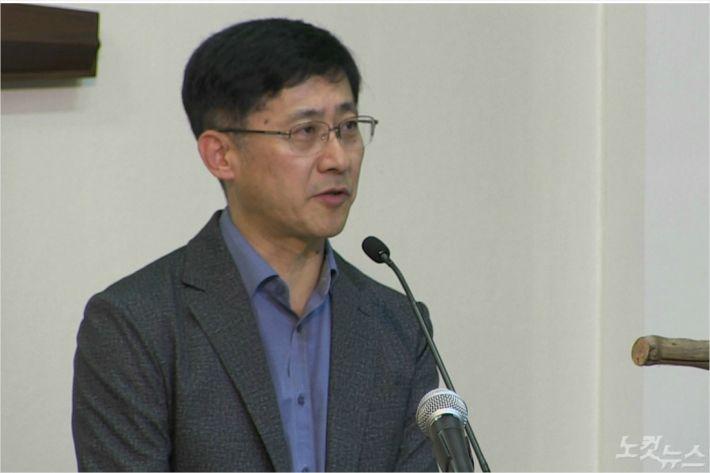 기독연구원 느헤미야 김근주 교수가 설교를 전하고 있다.