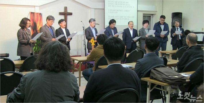 성서대전 실행위원들이 모여 창립 7주년 감사의 뜻을 전하는 특송을 부르고 있다.