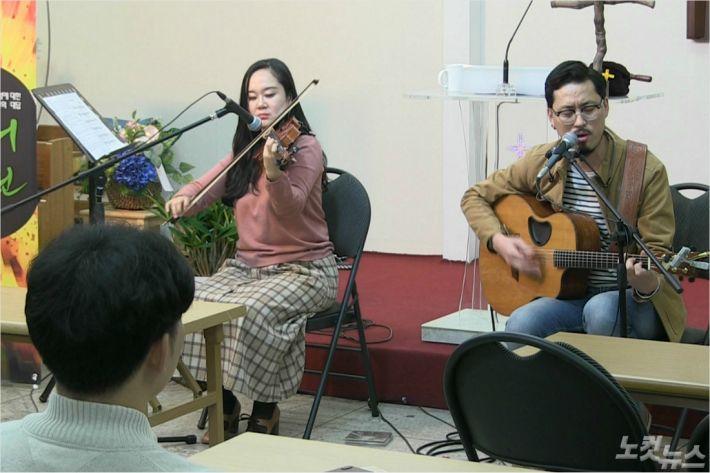 어쿠스틱머신(왼쪽부터, 정효진 자매와 박용권 형제)의 특별공연